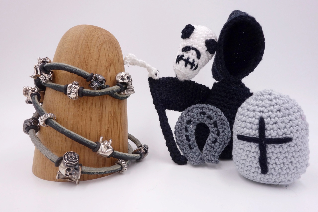 Skulls and Friends - my darker side of crocheting :) Totenk11